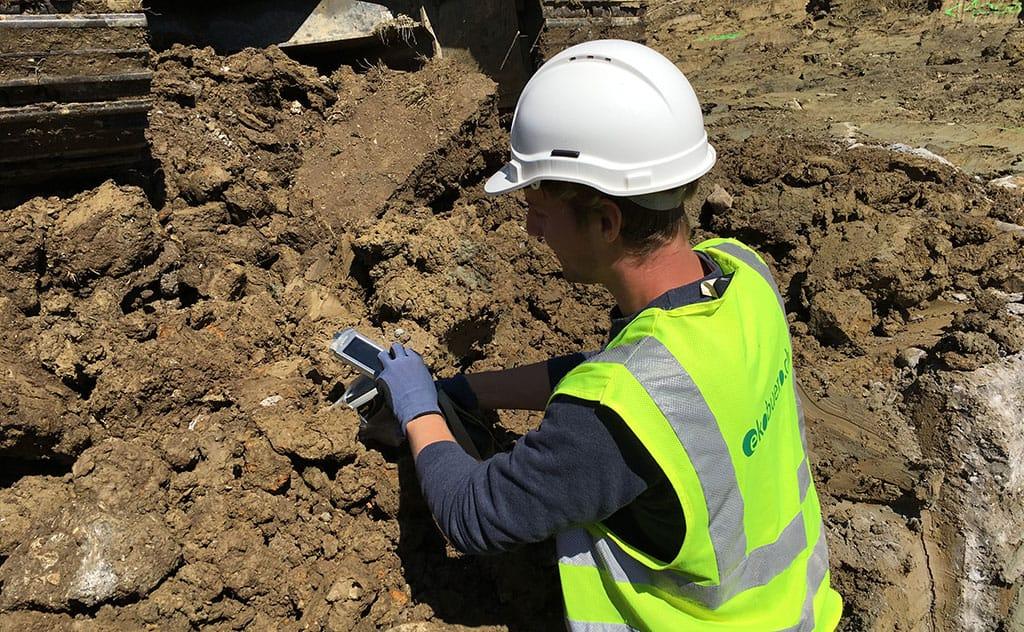 Mitarbeiter prüft Bodenbelastung von Blei